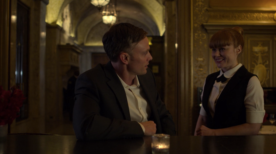 Julie and Dex in the present in the hotel bar, as seen on Marvel's Daredevil season 3, episode 5